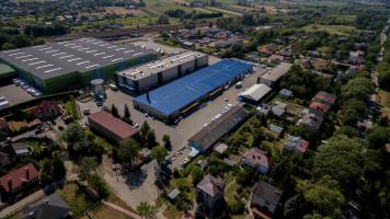 Błonie bywa nazywane stolicą polskiej logistyki. Ze względu na  dogodną lokalizację mieści się tu wiele magazynów, w tym także specjalistyczne magazyny firmy Agrosimex do przechowywania środków ochrony roślin. Spełniają one najwyższe standardy bezpieczeństwa. Obok nich znajdują się budynki biurowe i sklep detaliczny.
