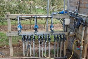 Fragment instalacji do Fertygacji sadów. Obecny poziom techniki zapewnia bardzo łatwe i szybkie podanie wody i nawozów, nawet w dużych gospodarstwach sadowniczych.